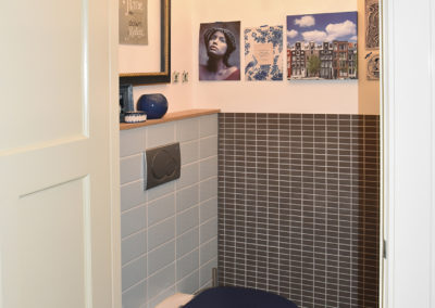 toilet in blauw en bruin