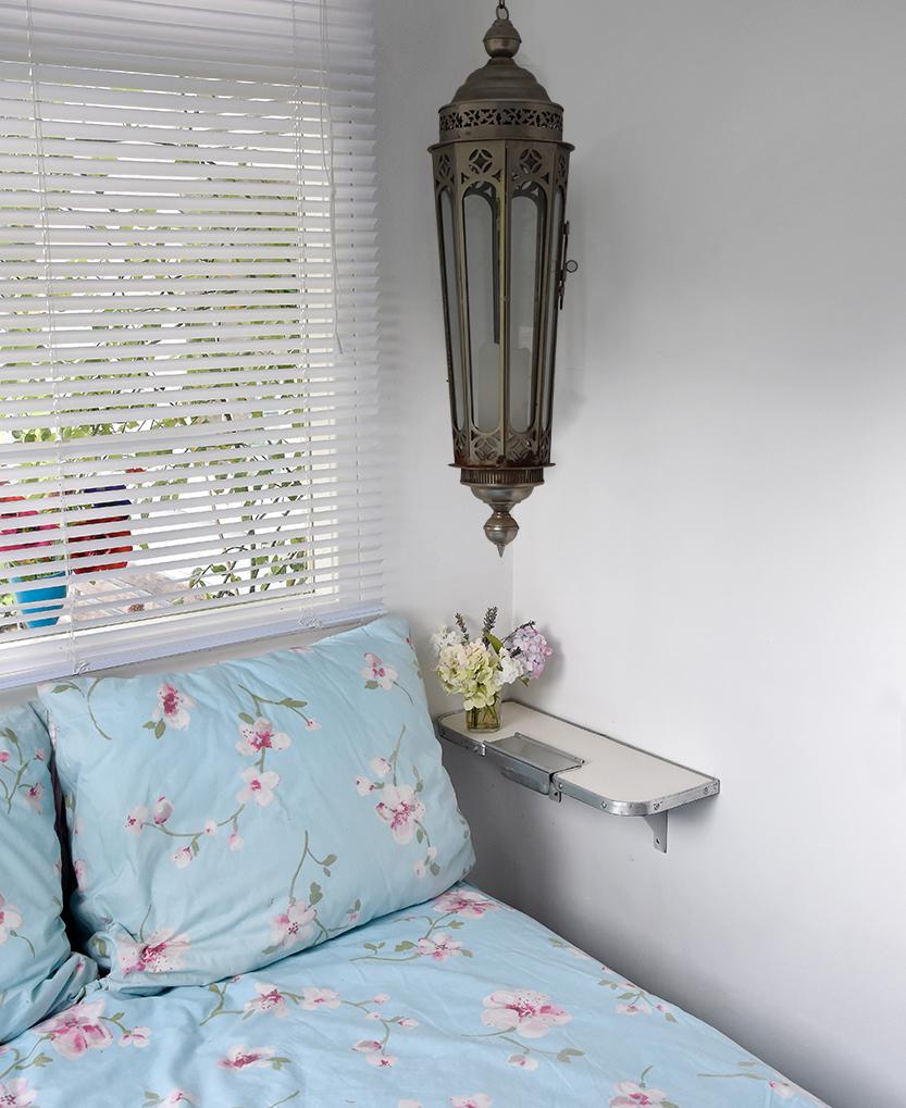 slaapplaats met een treintafeltje aan de muur